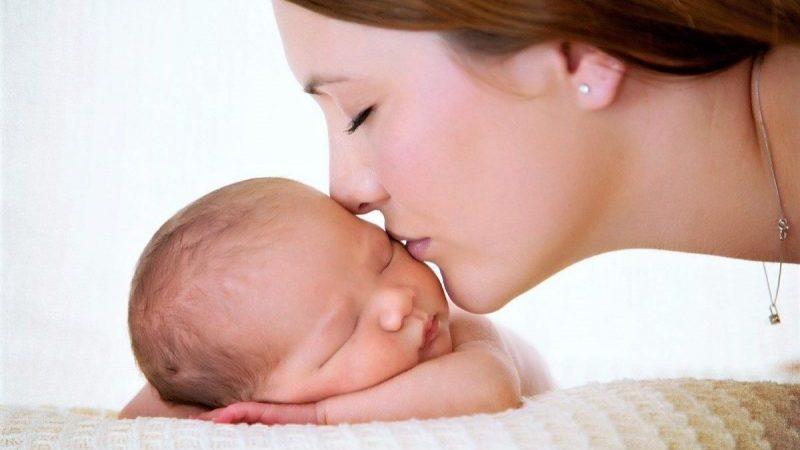 primo-bacio-della-mamma-festa-della-mamma-riflessione-vescovo-domenico-pompili-rieti